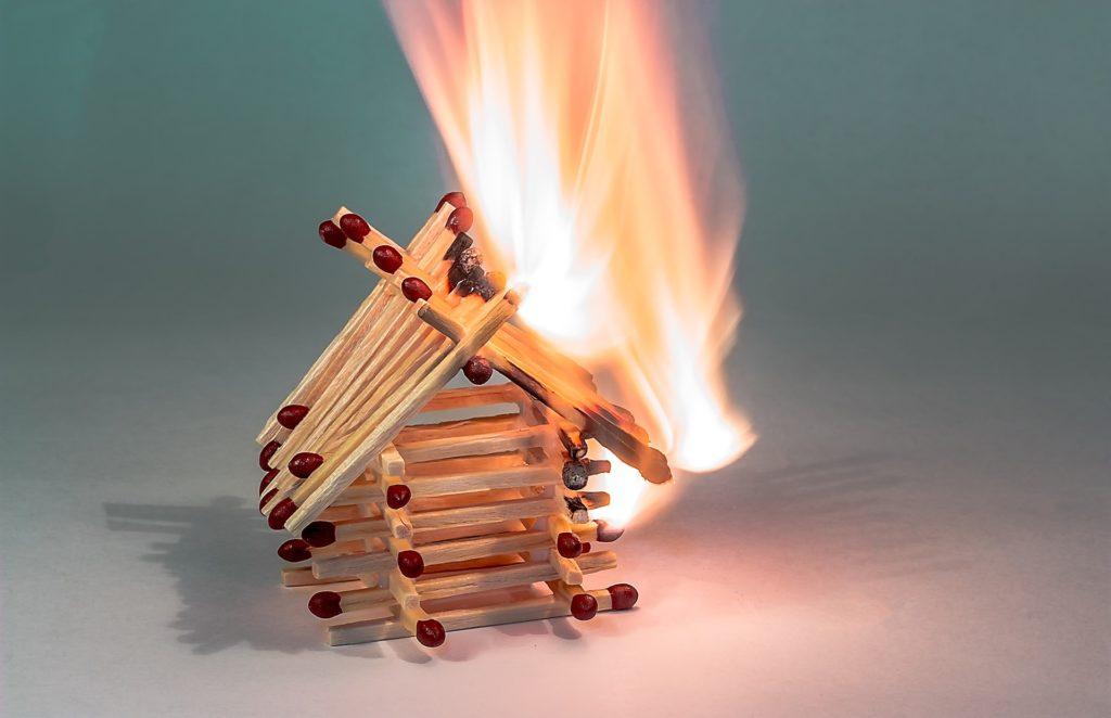 Dit is een afbeelding van een brandend luciferhuisje voor verzekeringen De Gouw Assurantien